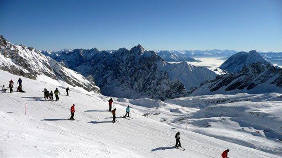 Гора Цугшпитце - и стар и млад на горных лыжах