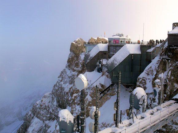 Гора Цугшпитце - обзорная площадка на вершине, станция канатной дороги, музей и метеорологическая станция