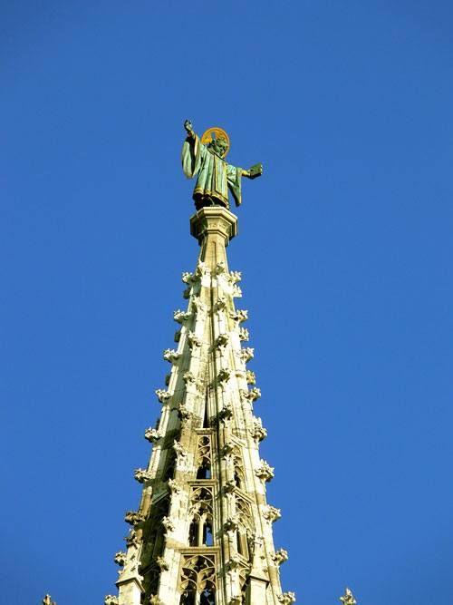 Фигура «мюнхенского младенца» на шпиле центральной башни Новой Ратуши Мюнхена