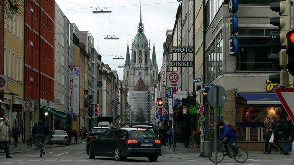 Дороги к Храму.  От Karlsplatz по Sonnenstrasse, направо и по прямой, как стрела, Landwehrstrasse   на  площадь Св. Павла к величественной готике храма Святого Павла.