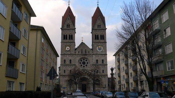 Дороги к Храму. Со стороны Нимфенбургерштрассе по Лориштрассе к главному входу в храм Св. Бенно.