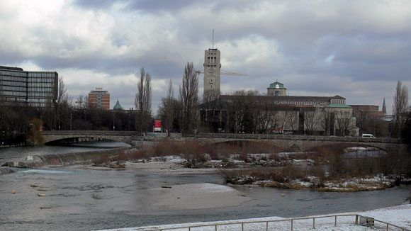 Здание с башнями на острове посреди холодных вод Изара – Немецкий Музей