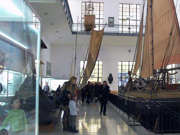 Немецкий Музей - зал судоходства. Внизу плывут по морю парусники