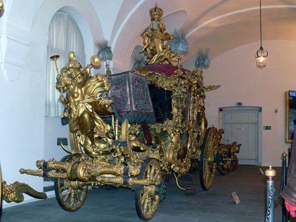 Музей карет Дворца Нимфенбург - Нимфы, дующие в фанфары, королевские регалии