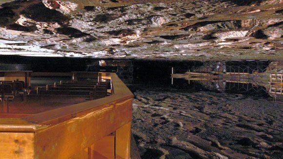 Берхтесгаден. Соляная шахта. Паром на берегу подземного озера.