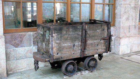 Берхтесгаден. Соляная шахта. Старинная вагонетка. На таких вагонетках ездили солекопы, поднимали наверх соль.