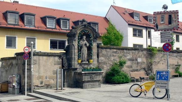 Экскурсия в Бамберг. Старинный знак на перекрестке (около 1500 года).