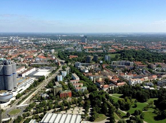 Олимпийская башня Мюнхена. Взгляд точно на восток.