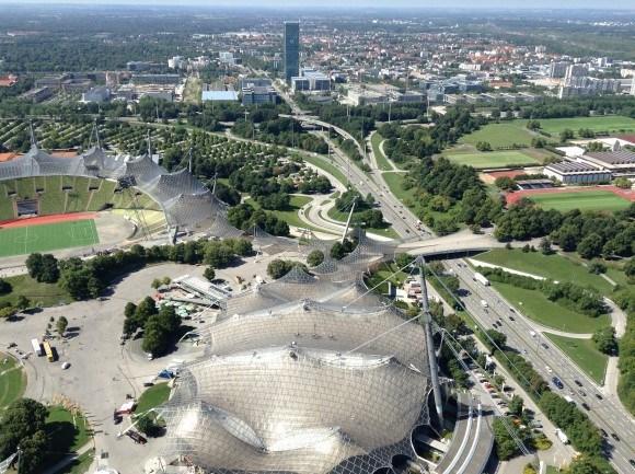 Северная часть Олимпийского парка: спортивные сооружения Центральной Высшей спортшколы, Олимпийская деревня. Дальше на север – Oberschleißheim с его дворцами, музеями, парком и аэродромом, левее - Dachau.