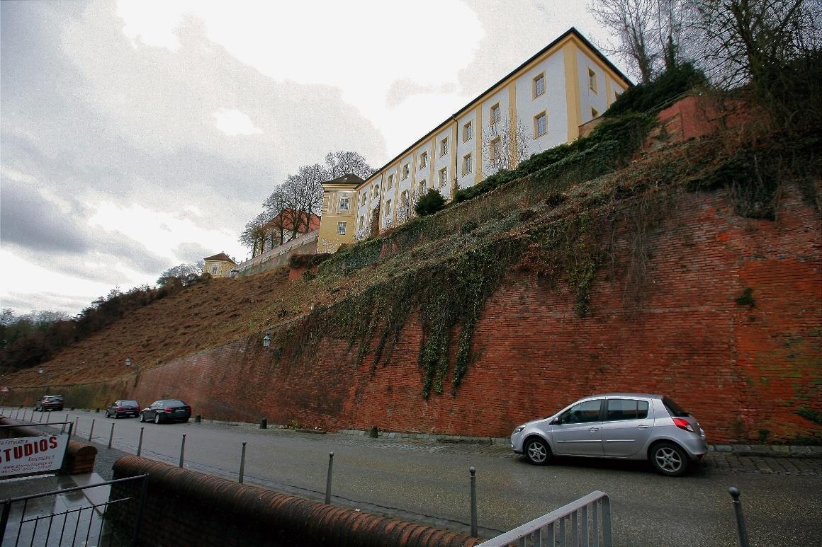 Дахау, Бавария. Старые стены замка Дахау на холме Шлоссберг.