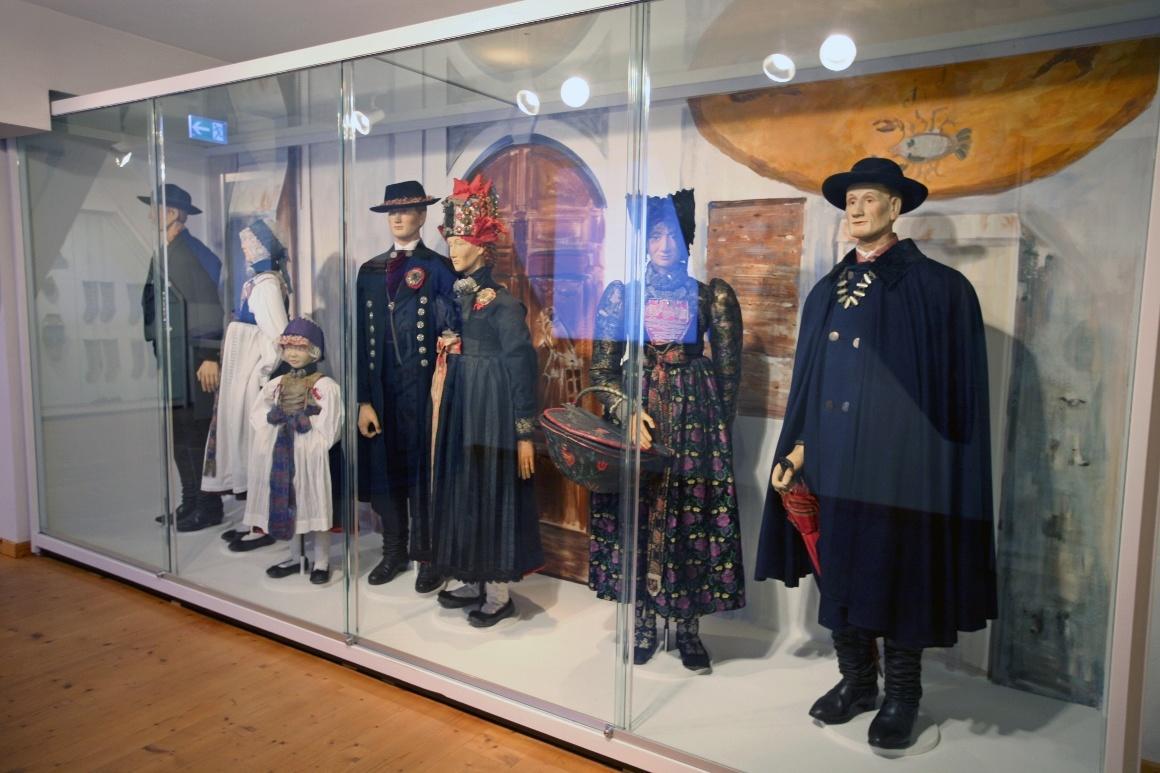Дахау, Бавария. Bezirksmuseum. Образцы праздничной одежды местных крестьян.