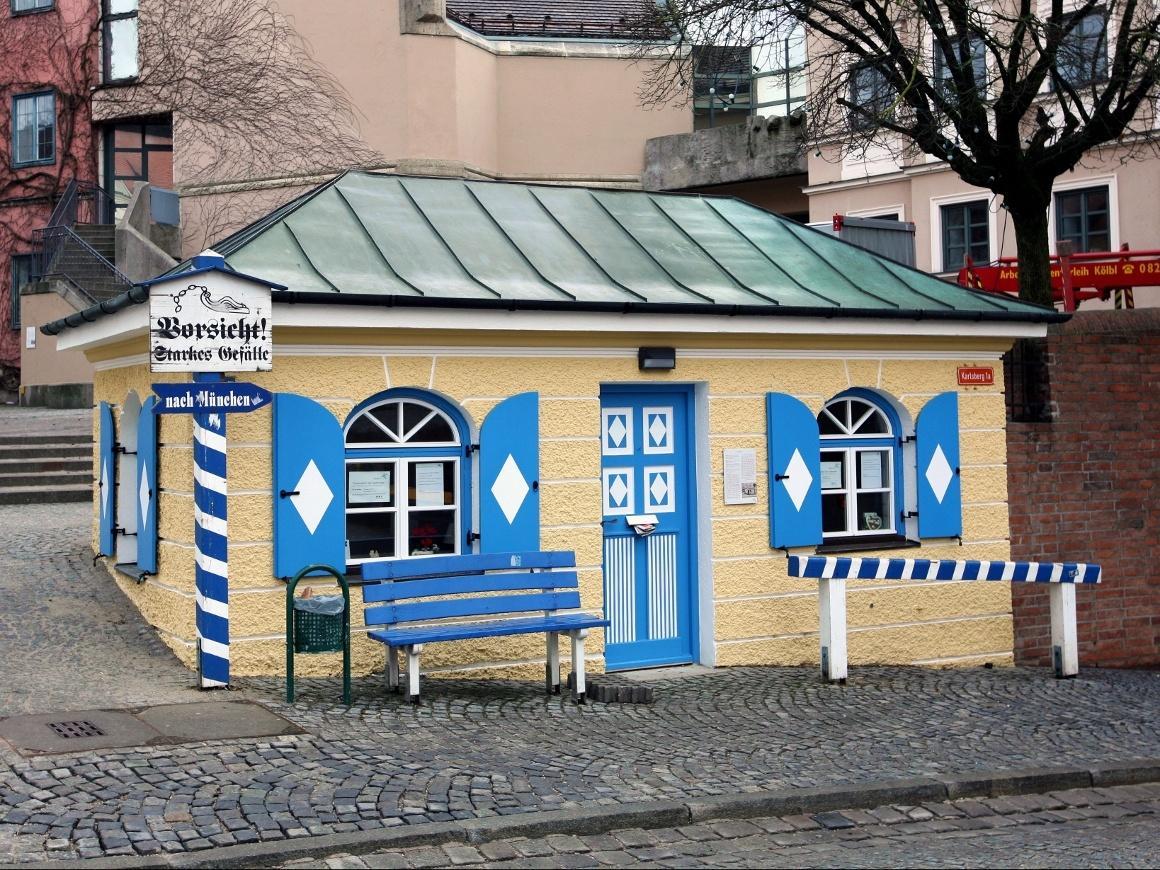 Дахау, Бавария. Таможенный домик на улице Карлсберг, которая переваливая через холм, соединяет Аугсбургер Штрассе и Мюнхнер Штрассе.
