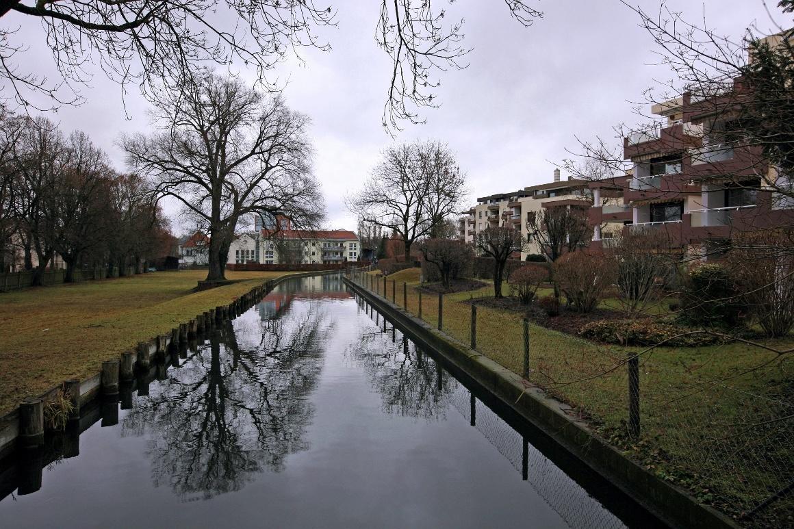 Дахау, Бавария. Канал на Lindenallee.