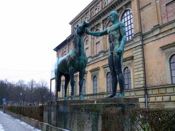 Мюнхен. Старая Пинакотека. Вид скульптур возле западного фасада уже издалека говорит о назначении здания.