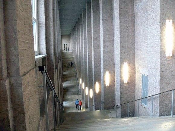 Мюнхен. Старая Пинакотека. Из большого вестибюля с кассами и гардеробом подняться наверх в выставочные залы можно с помощью лифта, а можно по этой огромной лестнице.