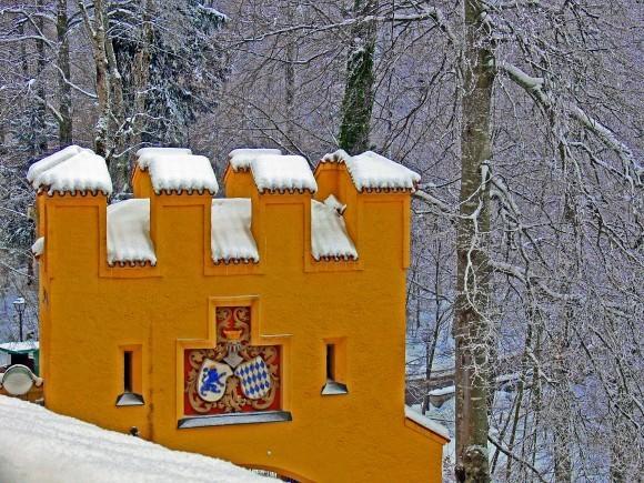 Замок Хоэншвангау. Гербы Баварии и рода Виттельсбах на стенах замка.
