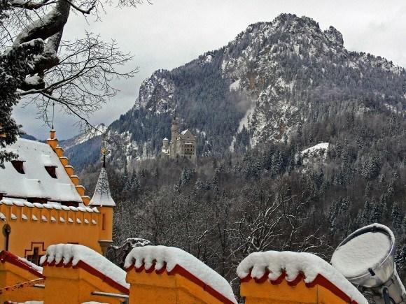 Замок Хоэншвангау. Со стен замка Хоэншвангау прекрасно виден замок Нойшванштайн в горах на противоположной стороне ущелья.