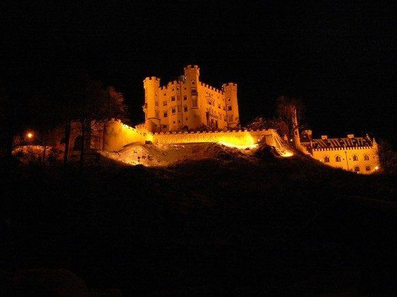 Замок Хоэншвангау в ночном освещении.