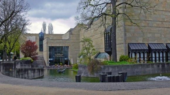 Мюнхен. Новая Пинакотека. Озеро с водопадом перед главным входом в галерею.