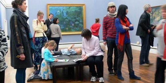 Мюнхен. Новая Пинакотека. Клод Моне, «Кувшинки». Юные живописцы изучают искусство начала XX века.