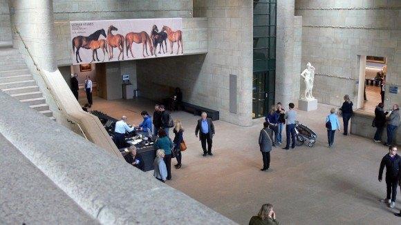 Мюнхен. Новая Пинакотека. Кассовый зал галереи. Слева, за кассами – вход в экспозиционные залы.