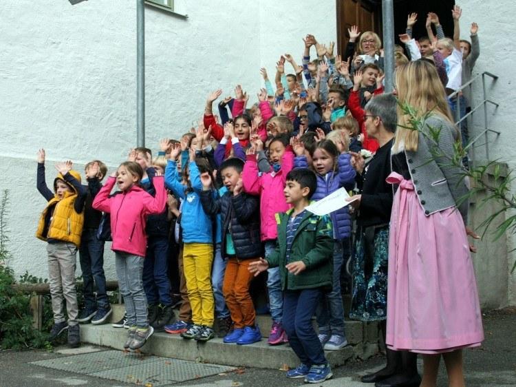Школы Баварии. Звучит школьный гимн.