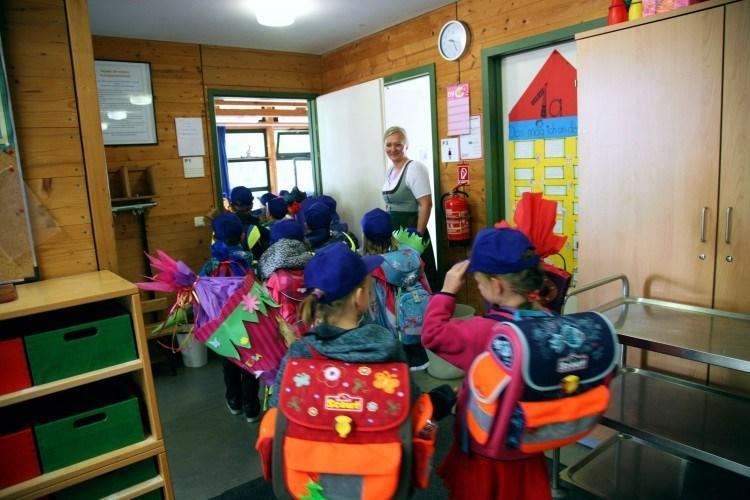 Школы Баварии. Дети идут в класс.