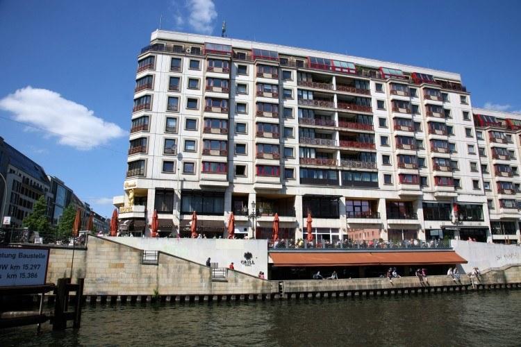 Большой отель у реки