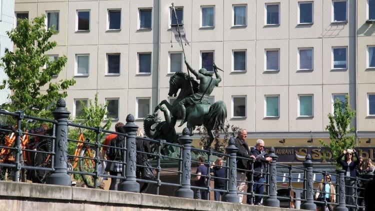 Св. Николай, побеждающий дракона, возле Николаикирхе