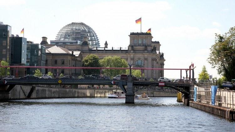 Впереди огромный стеклянный купол Рейхстага