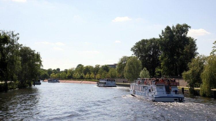 Кораблики идут дальше, в сторону замка Шарлоттенбург