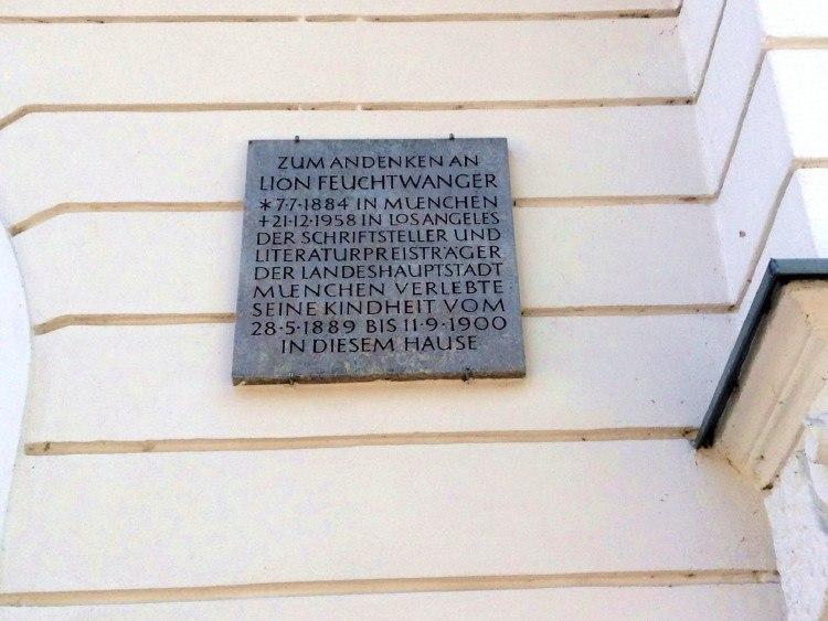 Мемориальная доска на доме, в котором жил Лион Фейхтвангер