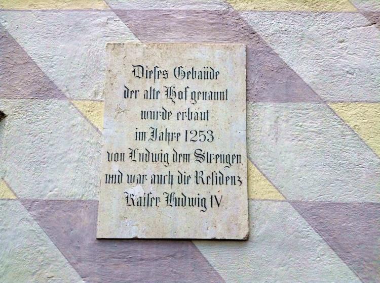 Мемориальная доска на стене Старого двора