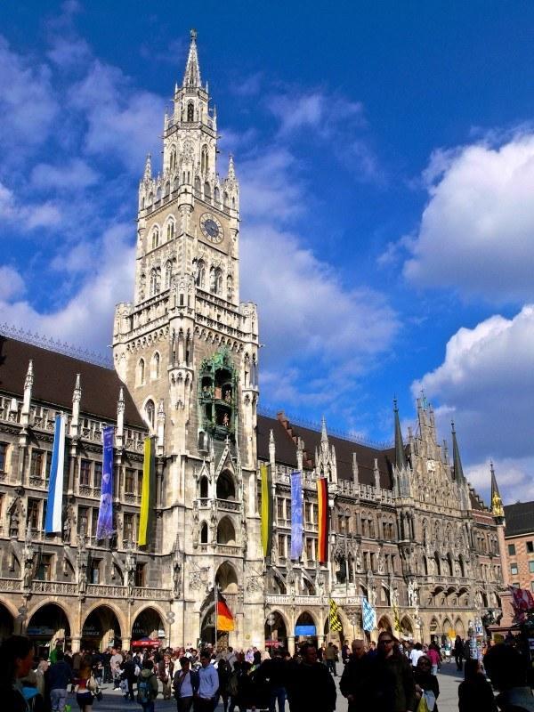 Башня Новой ратуши с курантами Rathaus Glockenspiel