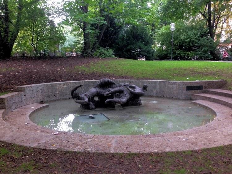 Максимилиансплац. Фонтан «Нереиды» - памятник Карлу Амадеусу Хартману