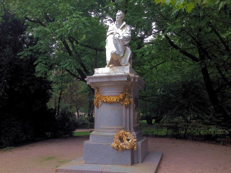 Максимилиансплац. Памятник Юстасу фон Либих