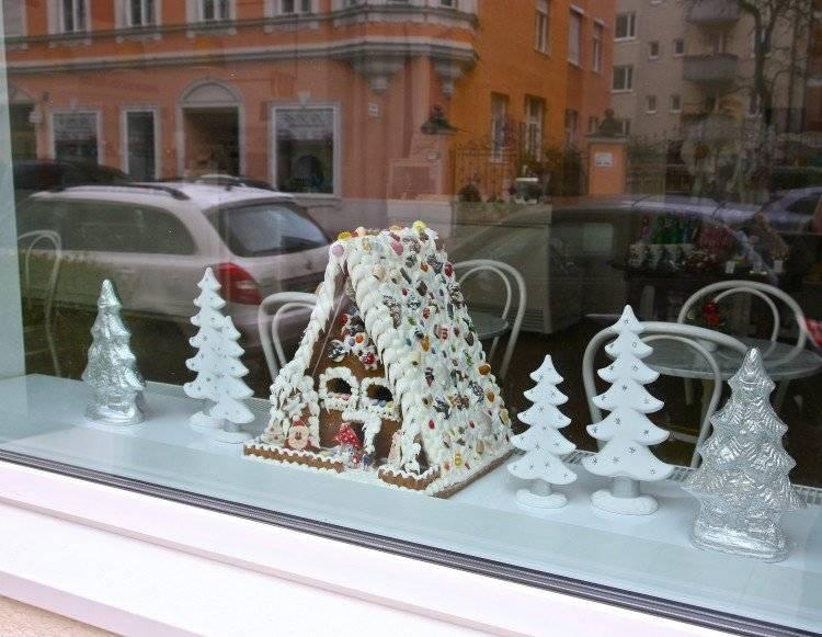 Пряничный домик в сахарном снегу.