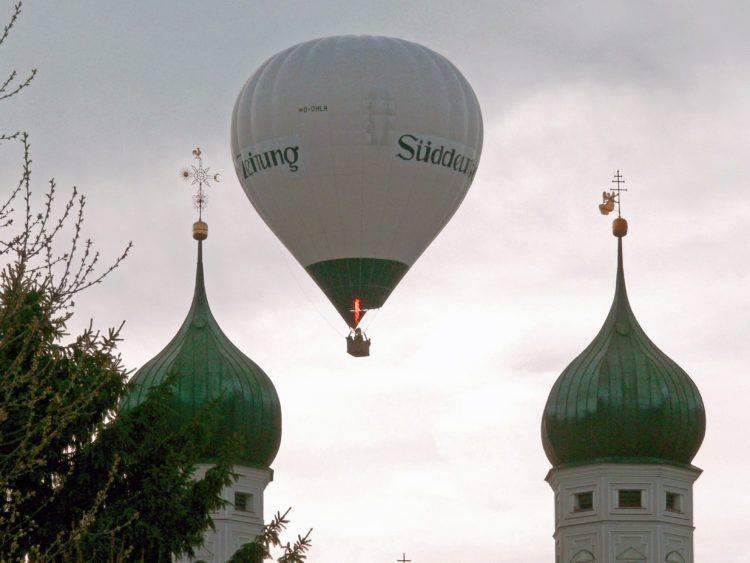 «Süddeutsche Zeitung» («Южнонемецкая газета») и луковицы монастыря Beuern (Бойерн).
