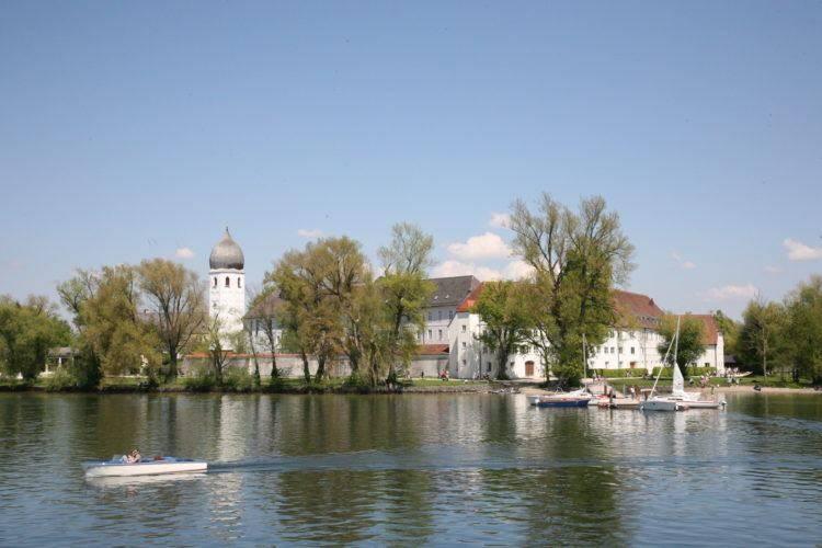 Вид на монастырь с озера.