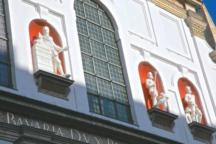 Фигура Вильгельма V с макетом церкви в нише на фронтоне.