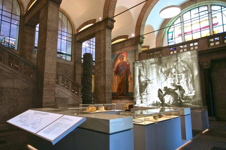 Зал истории основания Германского Национального Музея.