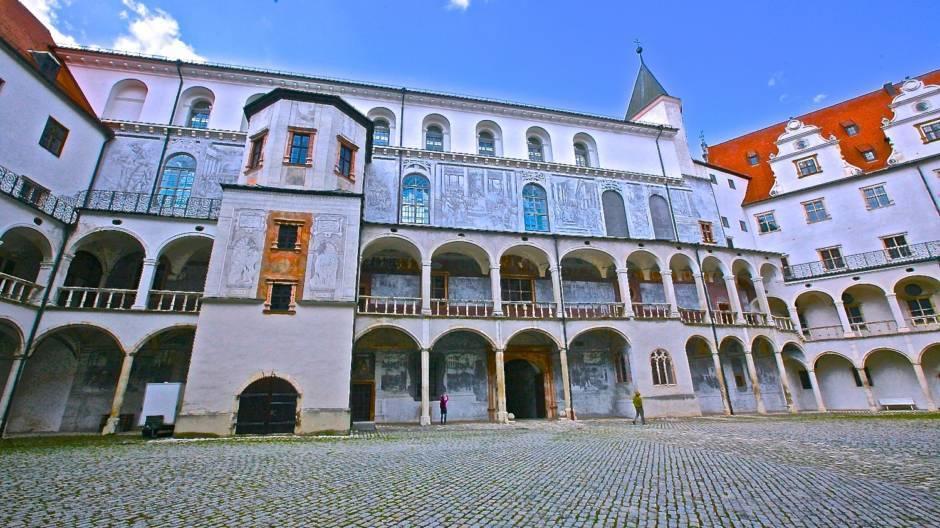 Внутренний двор замка. Стены западного крыла украшены двухцветным сграффито.