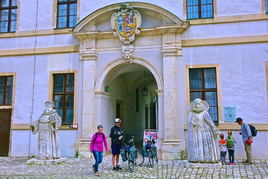 Вход в музей замка Нойбурга и проход на террасу