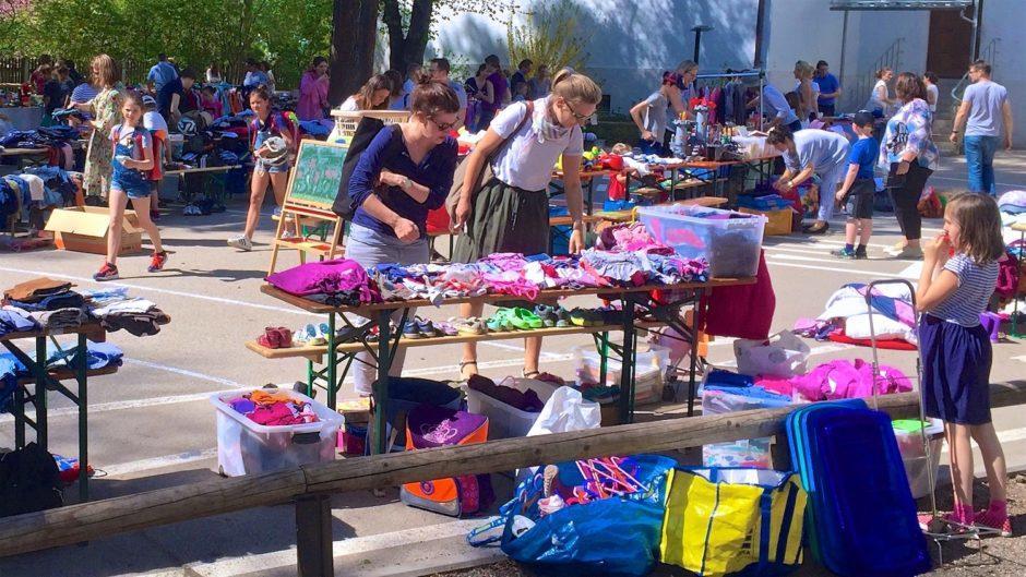 Дворовый блошиный рынок (Hofflohmarkt) на школьном дворе