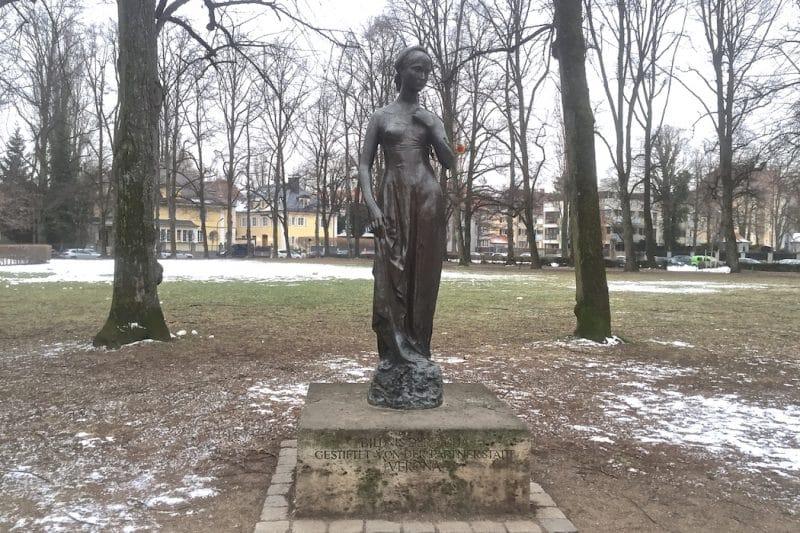 julia 001 statue