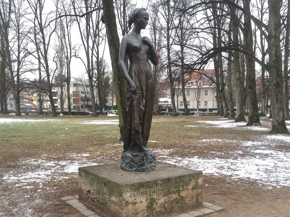 julia 01 statue