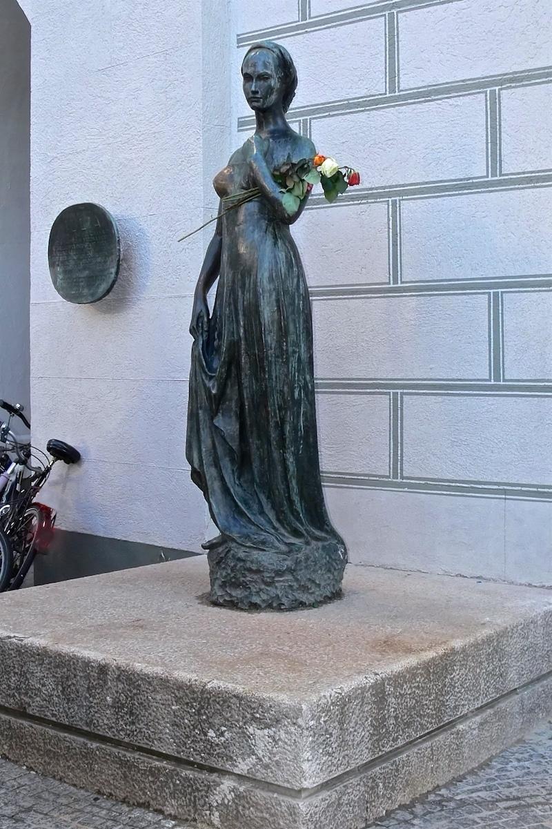 julia 02 statue